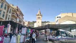 al fondo la torre de la Iglesia Vieja de Yecla