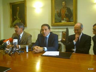 El alcalde de Béjar junto al consejeo de sanidad en el ayuntamiento
