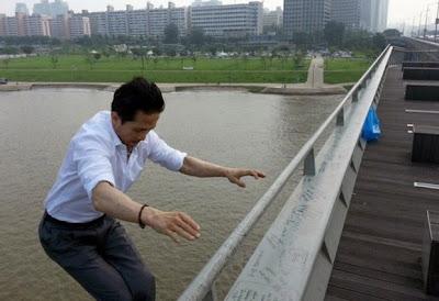 hombre salta de un puente frente a camara de television