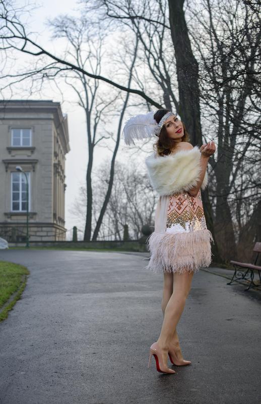 sukienka z cekinami i piórami