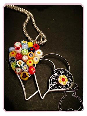Colgante doble corazón con minifioris de Sylvia Lopez Morant.