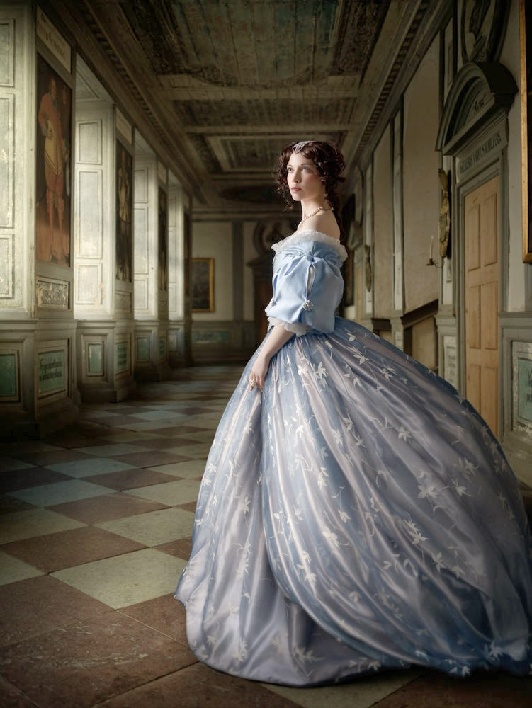 08-The-Portrait-Hall-Alexia-Sinclair-A-Frozen-Tale-www-designstack-co