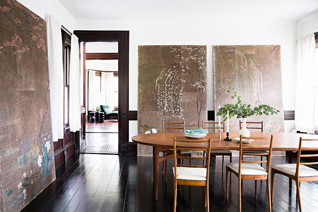 Dunkles Holz, Weiß und Blau in der Einrichtung oder wie vintage modern wird: Esszimmer mit Kunst
