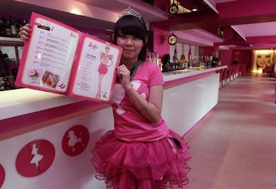 Croquinambourg - Restaurant Barbie et sa serveuse