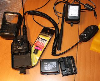 Skyddsfodral, radio, två extra antenner (plus antennskarvdon till BNC). Extra batteripack för AA batterier, monofon och laddningsaggregat.