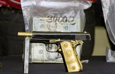 357 Magnum semi automática con agarres dorados sólidos.