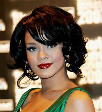 Rihanna parlak siyah saç rengi ve Rihanna kulak hizası saç kesim modeli