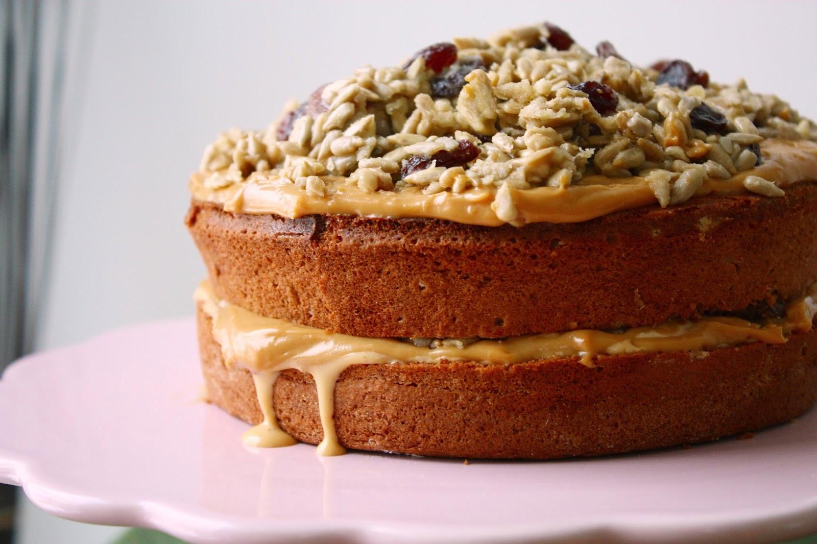 Toffee Crunch Torte mit karamellisierten Sonnenblumenkernen und Rumrosinen