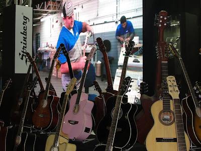 Linha de violões Strinberg oferece instrumentos de ótimo acabamento a preços justos. Ao fundo (no telão) passava vídeo mostrando a fabricação dos instrumentos. Cobertura Expomusic 2011 - Central do Rock