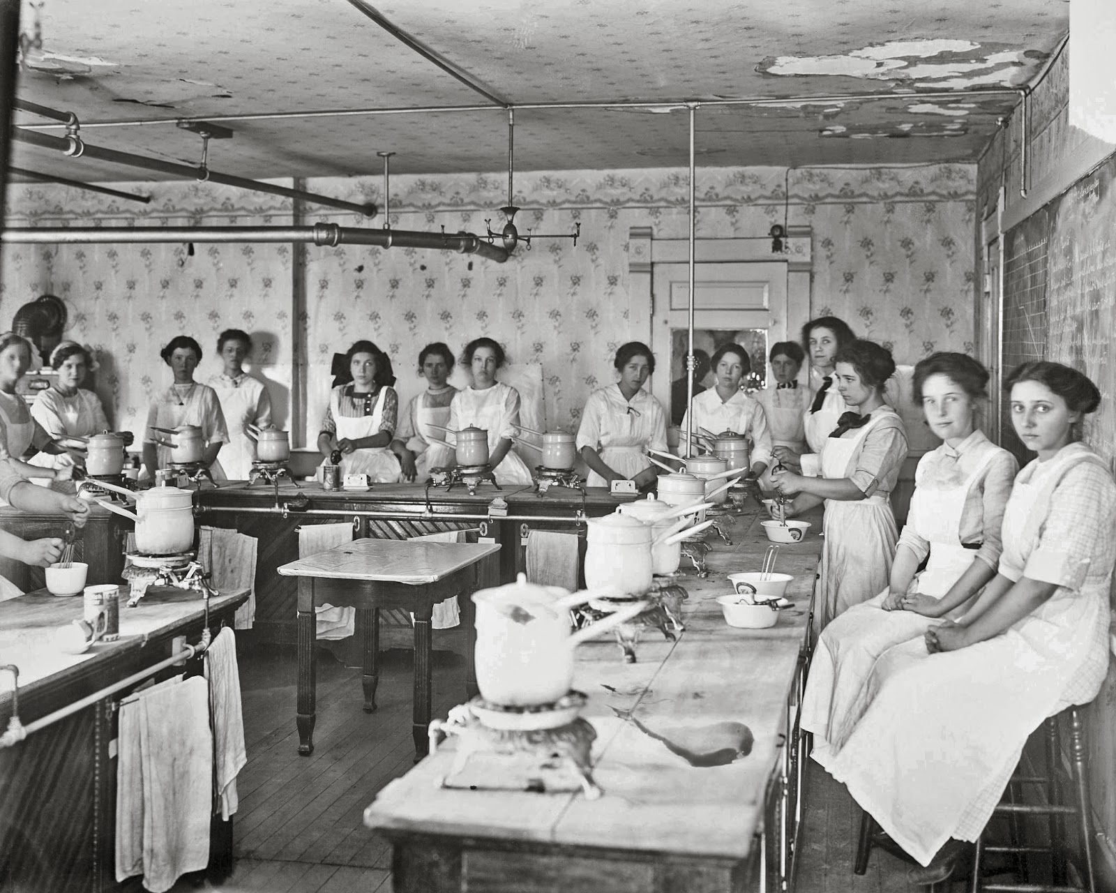 Chapman high school home economics class in session 1913 for Home economics classroom decorations
