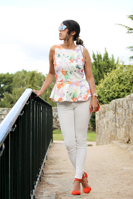 top de corte H&M, jeans blancos y tacones naranjas de ZARA