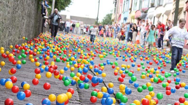 Miles de bolas rodando cuesta abajo en la peculiar Lotería de Irlanda