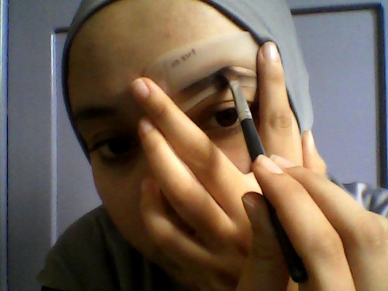 Cara Membuat Alis Tanpa Dicukur Cetakan Kemudian Tempelkan Salah Satu Yang Sesuai Dengan Bentuk Baurkan Eyebrow Menggunakan Brushnya Di Sini Saya