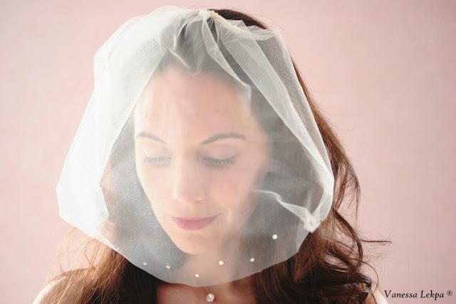 photo de mariée. voilette de mariage, accessoires de cheveux et bijoux pour mariée en dentelle de calais, tulle, cristaux, perles.