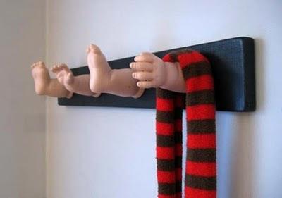 Perchero con piezas de muñeca