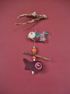 création d'un mobile poissons pour éveiller les sens des enfants tissu marron orange imprimé bois flotté et perles tout l'univers créatif de mimi vermicelle