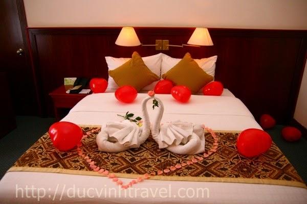 """Cách trang trí phòng cưới đơn giản đẹp thiên nga bằng khăn, lãng mạn đón nàng """" rễ làm lắm"""" 3"""