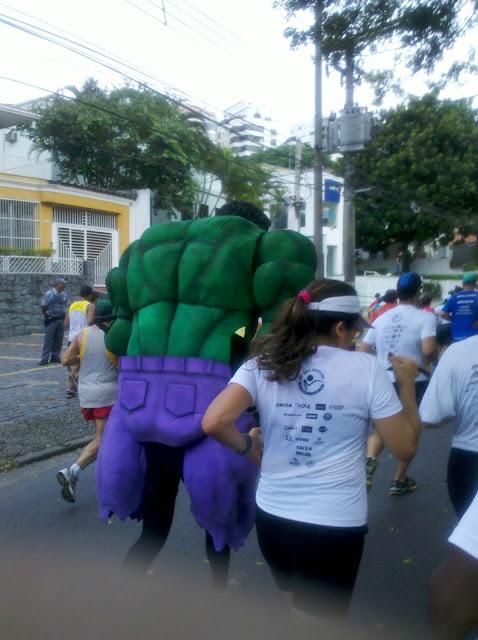 Até tu, Hulk? Corredores procuram se distrair e entreter durante a prova de São Silvestre