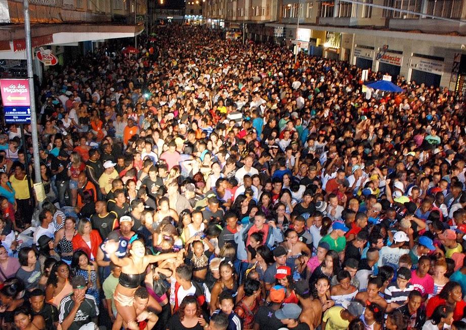 Mais de 12 mil pessoas não se assustaram com a chuva fina e prestigiaram o grupo