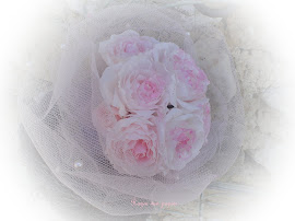 Bruidsboeketje kleine roosjes 7 rozen met tulle.