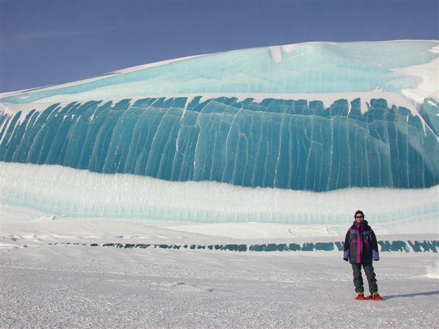 Foto foto unik gunung es dengan strip warna yang menakjubkan.