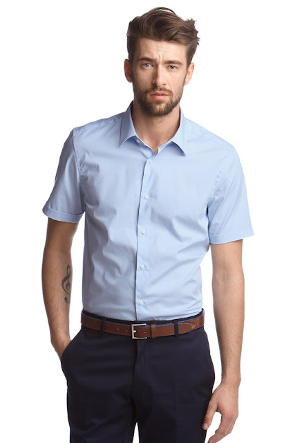 Trang phục công sở ngày hè với áo sơ mi nam sáng màu