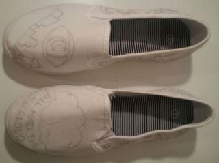 lukis dulu dengan pensil di sepatu putih