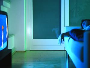 Dormir con la luz o la televisión encendidas aumenta el riesgo de depresión, según revela un estudio de la Universidad Estatal de Ohio (EE UU) presentado en el último encuentro anual de la Sociedad Americana de Neurociencia en San Diego. En sus experimentos, el investigador Rand Nelson y sus colegas trabajaron con 16 hamsters, de los cuales la mitad durmió en absoluta oscuridad mientras los demás eran expuestos cada noche a un nivel de luz equivalente al que produce el brillo de un televisor encendido en una habitación a oscuras (5 lux). Ocho semanas más tarde, los animales que nunca
