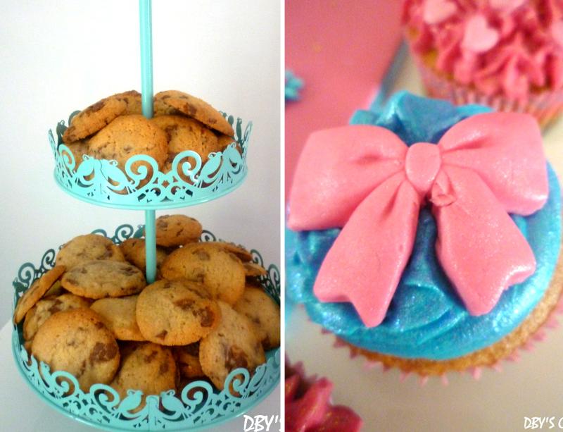 présentoir bleu et cupcake noeud rose