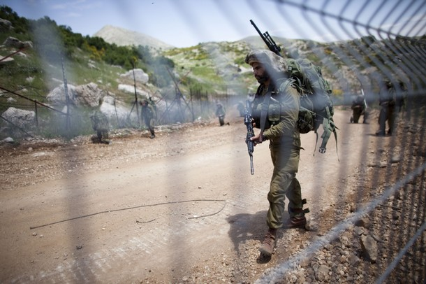israël Israeli+soldiers+patrol+along+the+border+fence+between+the+Israeli-annexed+Golan+Heights+and+Syria+next+to+the+Druze+village+of+Majdal+Shams+%25284%2529