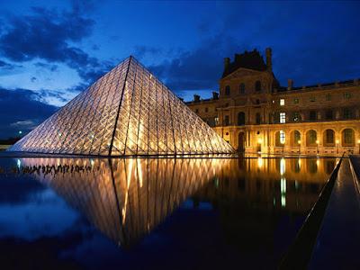 Vista nocurna del Museo Louvre