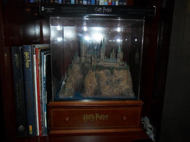 http://4.bp.blogspot.com/-Vu5C_YkfY0I/Tj7nTmJmx6I/AAAAAAAABVc/3PPBk9zlA4o/s1600/Harry+Potter+Hogwarts+Castle+with+Deathly+Hallows+Part+1+Deluxe+Soundtrack+and+Magazines.JPG