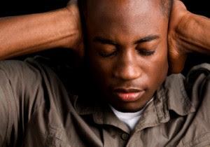 أشياء تقوم بها الزوجة تسبب الألم و الحزن لزوجها,رجل يسد اذنه,man shutting his ear put his hand