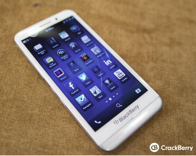 Penampakan blackberry Z30 - Putih