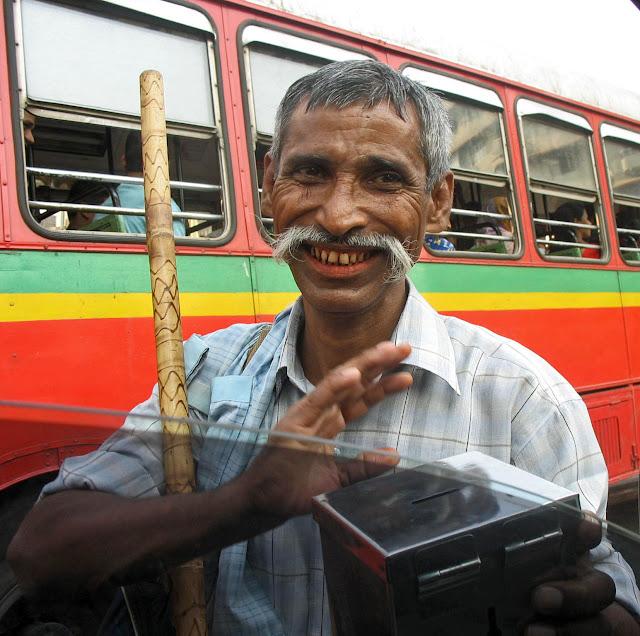 happy beggar in Mumbai