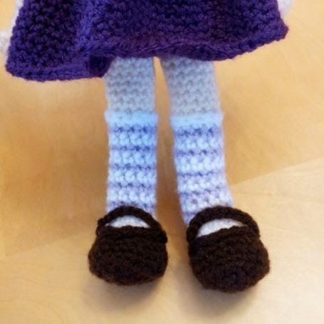 Crochet amigurumi Nami doll - legs and shoes