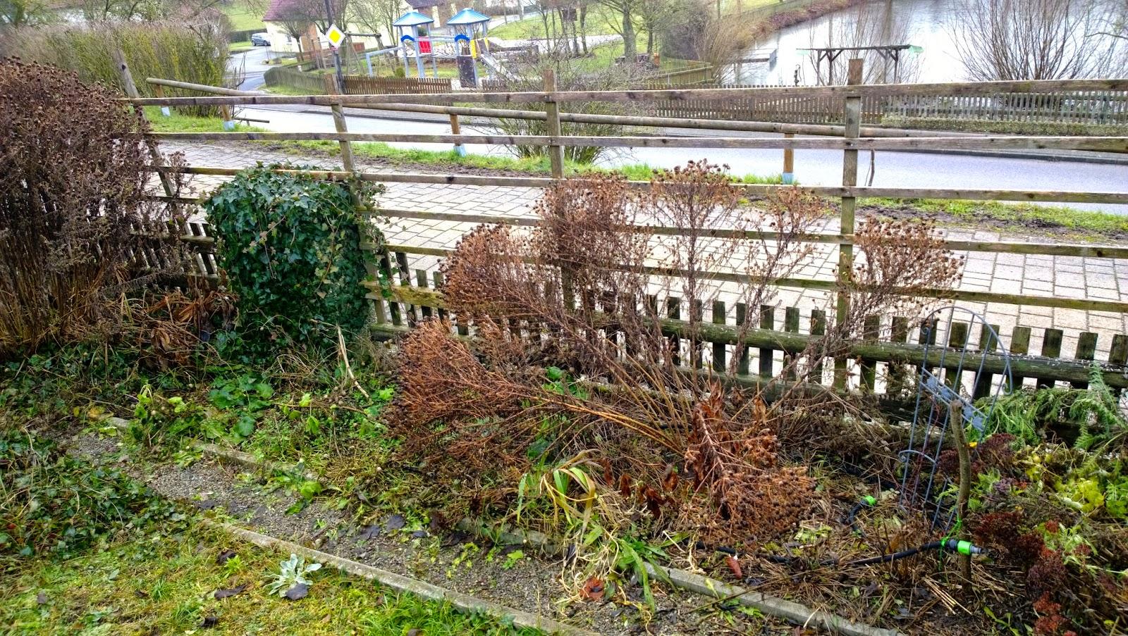 Kleiner Zaun Fur Beet Kleiner Garten Mit Bepflanzung Rollrasen Und