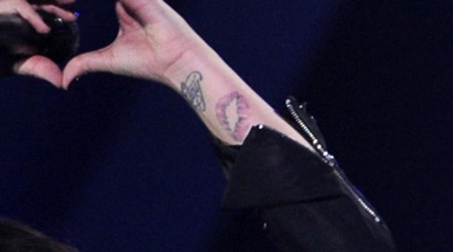Tatouage En Forme De Vagin De Demi Lovatoo Sur Son Avant Bras