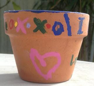 http://4.bp.blogspot.com/-VvMqi9wsD_w/TzE5QAeyaHI/AAAAAAAAAYQ/r77Y8AWFWos/s1600/Julie+pot+with+heart+050799_crop.jpg