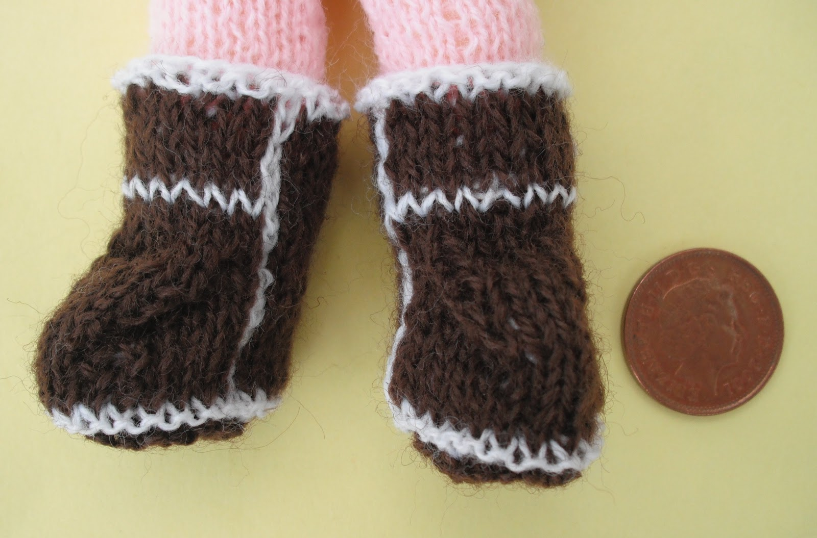 bitstobuy: Not just knitted baby ugg boots but tiny tiny doll Ugg boots