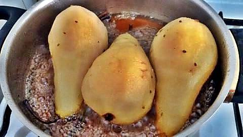 Cocinando las peras al vino