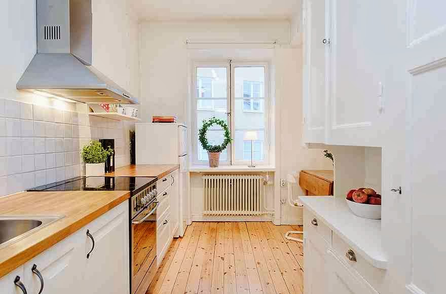 Skandynawski design kuchni, biała kuchnia, drewniana podłoga w kuchni
