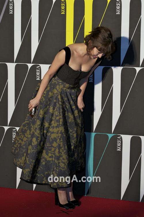 Glamourous Yoon Eun Hye, She's Only Saying Hello, But...Dizziness [Follows]