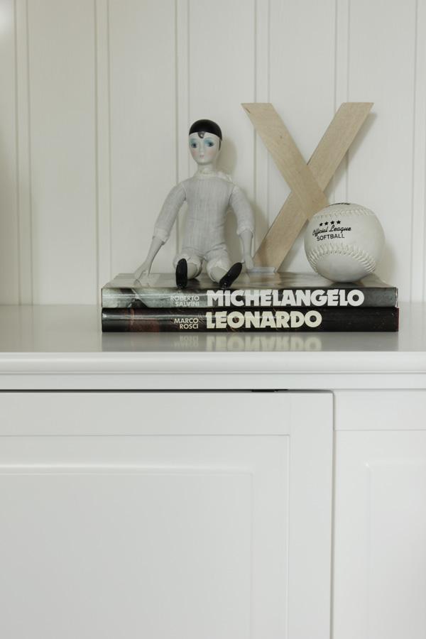 stilleben, vintageprylar, bokstav från ikea, baseball, installation i inredningen, installation prylar, böcker i inredningen, vitt och trärent inspiration, tips på inredning matsal