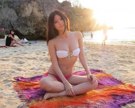 Foto Charmian Chen Dengan Bikini Seksi