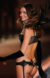Miranda Kerr di atas catwalk pada bulan November 2012| hollywood blue films|  hollywood celebrities|  hollywood video|  hollywood movie|  hollywood box office|  hollywood actress list|  gossip hollywood|  hollywood movie 2009