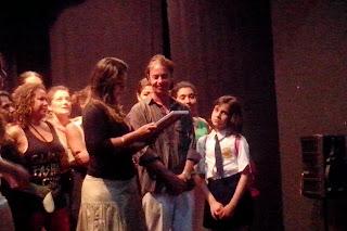 Ao fim da apresentação, o professor Ayrton Rebello foi homenageado pelos alunos