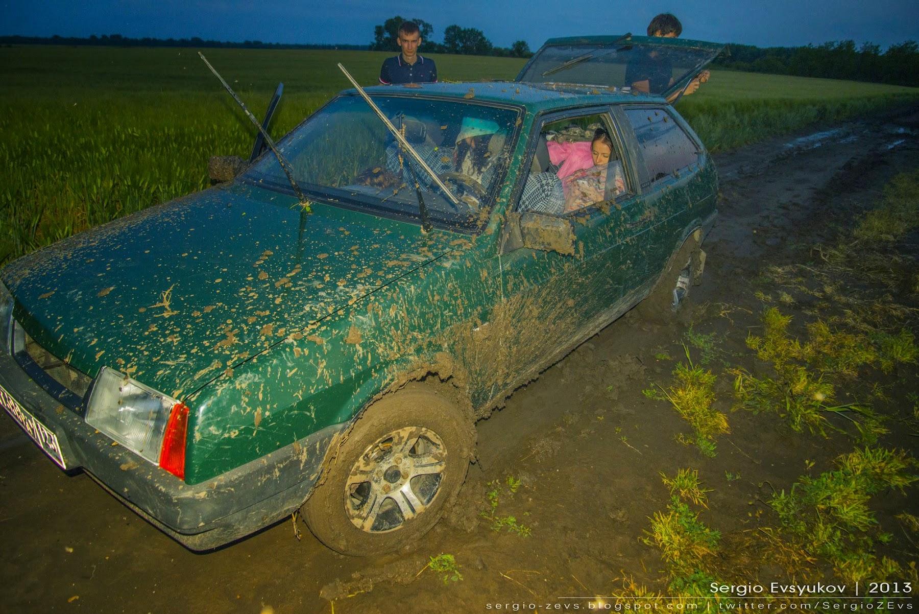 Машина застряла в поле после дождя