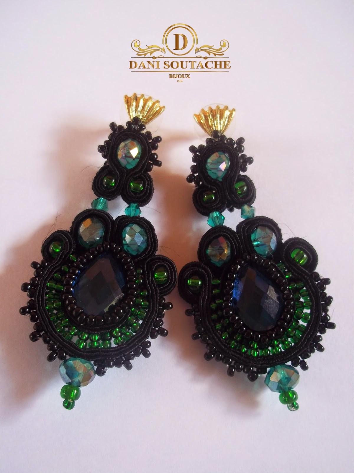 Brincos em soutache preto, miçangas verdes jablonex, cristais rondelle e pedra de vidro azul