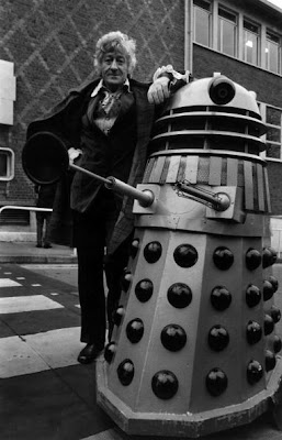 1st January 1972:  English actor Jon Pertwee (1916 - 1996) poses outdoors with a dalek, his nemesis in the long-running TV series 'Dr Who'.  (Photo by Michael Stroud/Express/Getty Images)